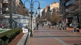 SOFIA, BULGARIA - 20 DICEMBRE 2016: Gente di camminata sul boulevard di Vitosha in città di Sofia Fotografie Stock Libere da Diritti