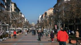 SOFIA, BULGARIA - 20 DICEMBRE 2016: Gente di camminata sul boulevard di Vitosha in città di Sofia Immagine Stock