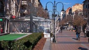 SOFIA, BULGARIA - 20 DICEMBRE 2016: Gente di camminata sul boulevard di Vitosha in città di Sofia Immagini Stock Libere da Diritti