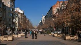 SOFIA, BULGARIA - 20 DICEMBRE 2016: Gente di camminata sul boulevard di Vitosha in città di Sofia Fotografia Stock