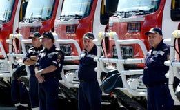 Sofia, Bulgaria - 9 giugno 2015: I nuovi camion dei vigili del fuoco sono presentati ai loro pompieri Immagini Stock Libere da Diritti