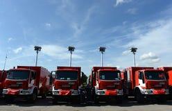 Sofia, Bulgaria - 9 giugno 2015: I nuovi camion dei vigili del fuoco sono presentati ai loro pompieri Fotografia Stock Libera da Diritti