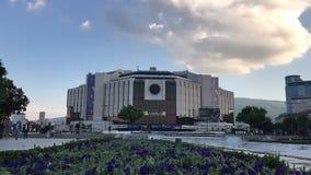 SOFIA, BULGARIA - 9 MAGGIO 2018: Palazzo nazionale di cultura, Sofia, Bulgaria Gente ambulante Video di lasso di tempo video d archivio