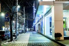 SOFIA, BULGARIA - 23 MARZO: Vista della strada dei negozi di lusso di notte fotografia stock