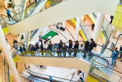 People escalator in shopping mall Royalty Free Stock Photos