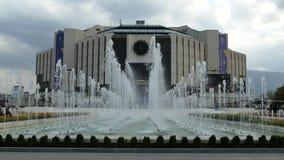 SOFIA, BULGARIE - 14 AVRIL 2018 : Fontaines devant le palais national de la culture, Sofia, Bulgarie banque de vidéos