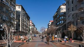 SOFIA, BULGARIE - 20 DÉCEMBRE 2016 : Personnes de marche sur le boulevard de Vitosha dans la ville de Sofia Photographie stock libre de droits