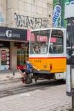SOFIA, BULGARIE - 15 JUILLET 2017 : Le jeune garçon non identifié accroche un tour sur un tram Photos stock