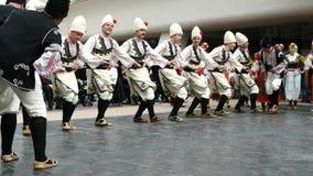 SOFIA, BULGARIE - 7 MAI 2018 : Les gens dans des costumes traditionnels dansent le horo bulgare à Sofia, Bulgarie Représentation  clips vidéos