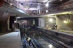 Sofia, Bulgarien - 19. April 2016: Die Eisenbahn der U-Bahn während der letzten Schritte des Tunnelbaus Stockfotos