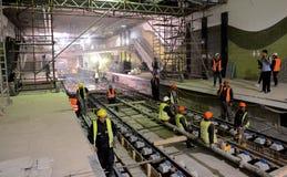 Sofia Bulgarien - April 19, 2016: Järnvägen av gångtunnelen under de sista momenten av tunnelkonstruktionen Arkivbild