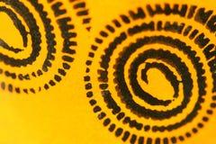Sofia, Bulgarien - 17. April 2015: Nahaufnahmemakrobildschuß von erläuterten Schwarzspiralenmustern auf orange Hintergrund Stockbild
