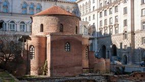 SOFIA BULGARIEN - DECEMBER 20 2016: Den 4th århundradeSten George Rotunda, bak några rest av Serdica, Sofia Royaltyfri Foto