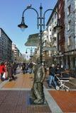 SOFIA, BULGARIEN - 5. FEBRUAR 2017: Gehende Leute auf Boulevard Vitosha im Winter in der Stadt von Sofia Stockfoto