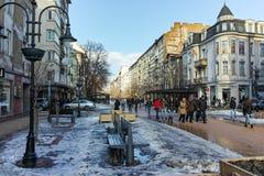 SOFIA, BULGARIEN - 5. FEBRUAR 2017: Gehende Leute auf Boulevard Vitosha im Winter in der Stadt von Sofia Stockbild
