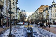 SOFIA, BULGARIEN - 5. FEBRUAR 2017: Gehende Leute auf Boulevard Vitosha im Winter in der Stadt von Sofia Lizenzfreie Stockfotografie