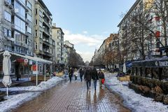 SOFIA, BULGARIEN - 5. FEBRUAR 2017: Gehende Leute auf Boulevard Vitosha im Winter in der Stadt von Sofia Stockfotos