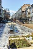 SOFIA, BULGARIEN - 5. FEBRUAR 2017: Gehende Leute auf Boulevard Vitosha im Winter in der Stadt von Sofia Stockfotografie