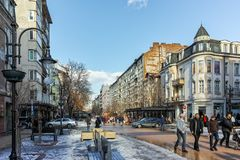 SOFIA, BULGARIEN - 5. FEBRUAR 2017: Gehende Leute auf Boulevard Vitosha im Winter in der Stadt von Sofia Lizenzfreies Stockbild