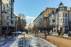 SOFIA, BULGARIEN - 5. FEBRUAR 2017: Gehende Leute auf Boulevard Vitosha im Winter in der Stadt von Sofia Lizenzfreie Stockbilder