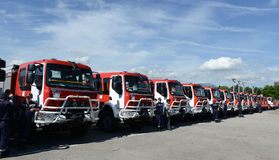 Sofia Bulgarien - Juni 9, 2015: Nya brandlastbilar framläggas till deras brandmän Arkivbild