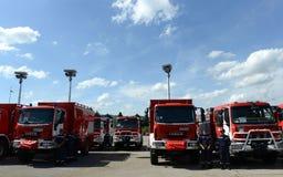 Sofia Bulgarien - Juni 9, 2015: Nya brandlastbilar framläggas till deras brandmän Royaltyfri Foto