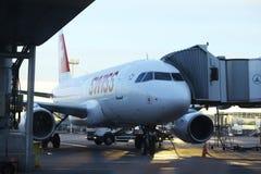 Sofia BULGARIEN - JUNI 13: stiga ombord flygplanet för tagande-av på JUNI 13, 2014 Arkivbilder