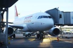 Sofia BULGARIEN - JUNI 13: stiga ombord flygplanet för tagande-av på JUNI 13, 2014 Arkivfoto