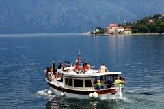 Sofia BULGARIEN - JUNI 15: Turist- utfärdfartygtur på en yachtjn Juni 16, 2014 Fotografering för Bildbyråer