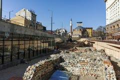 SOFIA, BULGARIEN - 17. MÄRZ 2018: Moschee Banya Bashi und Ruinen von altem Serdica in Sofia Stockfotografie