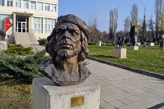 Sofia/Bulgarien - November 2017 - eine Statue von Che Guevara im Eingang des Museums der sozialistischen Kunst lizenzfreie stockfotos