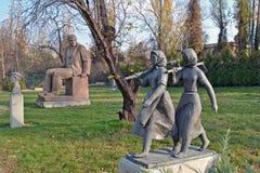 Sofia/Bulgarien - November 2017: Sovjet-era statyer i museet av socialistisk konst fotografering för bildbyråer