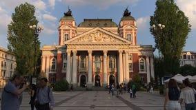 SOFIA, BULGARIJE - APRIL 27, 2018: Ivan Vazov National Theatre in het stadscentrum van Sofia, Bulgarije stock videobeelden