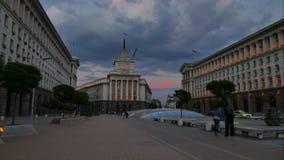 SOFIA, BULGARIJE - APRIL 27, 2018: Nachtmening van het Stadscentrum van Sofia, de hoofdstad van Bulgarije De video van de tijdtij stock footage