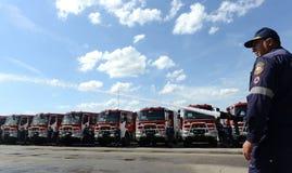 Sofia, Bulgarije - Juni 9, 2015: De nieuwe brandvrachtwagens worden voorgesteld aan hun brandbestrijders Royalty-vrije Stock Fotografie