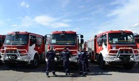 Sofia, Bulgarije - Juni 9, 2015: De nieuwe brandvrachtwagens worden voorgesteld aan hun brandbestrijders Stock Foto
