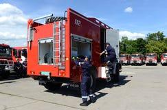 Sofia, Bulgarije - Juni 9, 2015: De nieuwe brandvrachtwagens worden voorgesteld aan hun brandbestrijders Royalty-vrije Stock Afbeelding