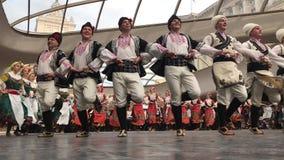 SOFIA, BULGARIJE - MEI 7, 2018: De mensen in traditionele kostuums dansen Bulgaarse horo in Sofia, Bulgarije Vrije prestaties