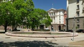 SOFIA, BULGARIJE - MEI 2, 2018: Fontein voor het Voorzitterschapsgebouw in Sofia, Bulgarije bij daglicht stock video