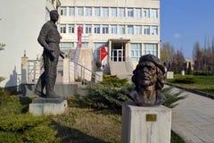 Sofia/Bulgarije - November 2017: Standbeelden en de ingang van het museum van socialistisch art. royalty-vrije stock fotografie