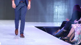 Sofia Fashion Week-Mann in der Klage stock video footage