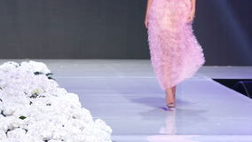 Sofia Fashion Week Rosafarbenes Kleid nur Fahrwerkbeine stock video footage