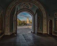 Sofievskaya fyrkantsikt till och med portarna royaltyfri bild