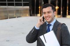Sofistikerad etnisk manlig stanna till telefon som isoleras med kopieringsutrymme royaltyfri foto