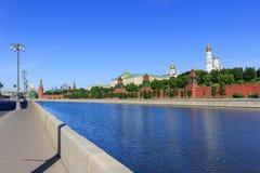 Sofiyskayadijk op een achtergrond van Moskou het Kremlin in zonnige de zomerochtend stock afbeeldingen