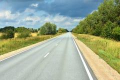 Sofort Straße am sonnigen Sommertag in Lettland lizenzfreies stockbild