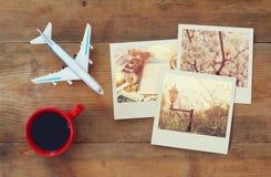 Sofortige Fotografien der Reise nahe bei Tasse Kaffee und Flugzeug Lizenzfreie Stockfotos