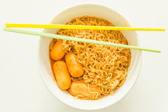 Sofortige Nudel Tom-yum goong Aromas mit Wurst Lizenzfreie Stockfotografie
