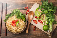 Sofortige Nudeln in der Schüssel und im Gemüse Stockfotos