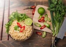 Sofortige Nudeln in der Schüssel und im Gemüse Stockbild